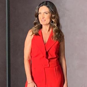 Fátima Bernardes usa vermelho para gravar mensagem de Natal