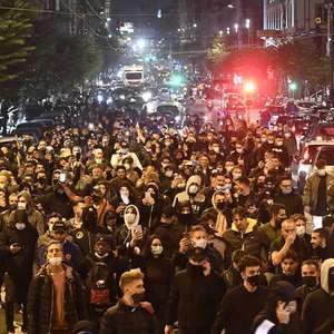 Protesto em Nápoles deixa 2 presos e cidade devastada