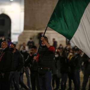 Protesto em Roma contra toque de recolher é marcado por ...