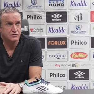 """SANTOS: Cuca analisa derrota, diz que time não merecia vencer e critica arbitragem de Daronco: """"foi muito ruim, amarrou o jogo"""""""