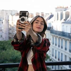 Criador defende clichês exagerados de Emily em Paris