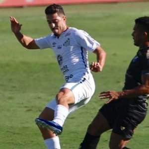 Mesmo com um a menos, Santos segura empate contra o ...