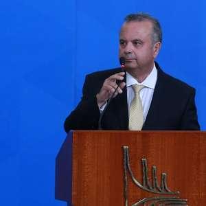 "Bancos pagam ""ministro gastador"" para furar teto, diz Guedes"
