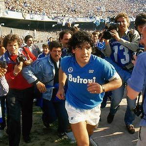 Zico ou Sócrates? Diego Armando Maradona, é claro!