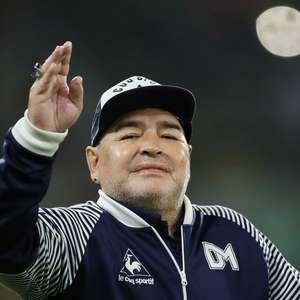 A dura solidão de Maradona, sentado num meio-fio em Goiânia