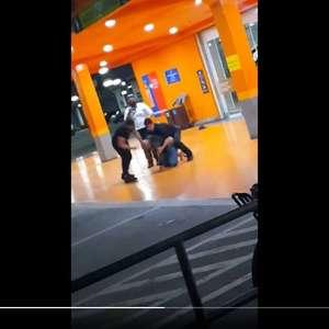 Homem negro é espancado e morto em supermercado