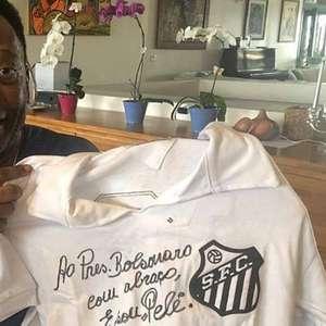 Pelé autografa camisa do Santos como presente a Bolsonaro
