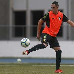 Com nove meses de salário a receber, Victor Rangel tenta acerto amigável com Botafogo, mas não tem resposta