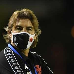 Ao ponderar o empate do Vasco, Sá Pinto justifica substituição de Gil: 'Alguma coisa teríamos que fazer'