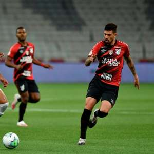 Santos sofre gol em bola aérea e perde para o Athletico-PR