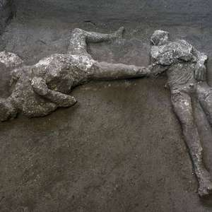 Pesquisadores encontram 2 corpos intactos em Pompeia