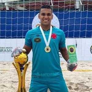 Goleiro do beach soccer do Vasco celebra título e prêmio ...