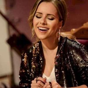 Sandy canta 'Lealdade Coragem Verdade', tema de 'Mulan'