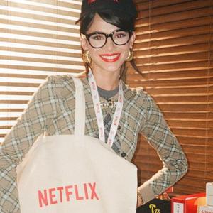 Bruna veste mix de xadrez para anunciar contrato com Netflix