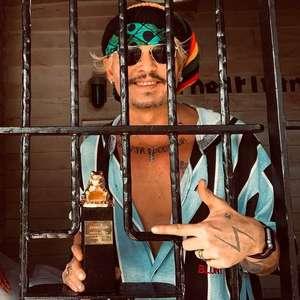 Johnny Depp debocha de sua situação com foto de troféu ...