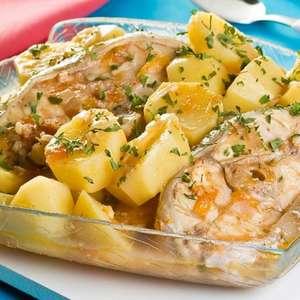 Posta de peixe com batata para refeições rápidas e ...