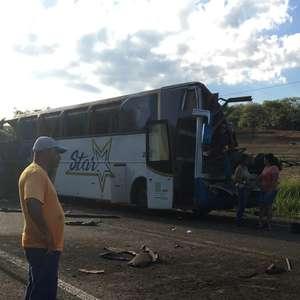 Acidente entre caminhão e ônibus deixa ao menos 41 mortos