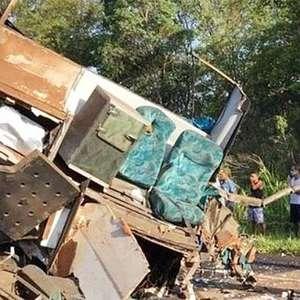 Acidente entre ônibus e carreta deixa mortos e feridos ...