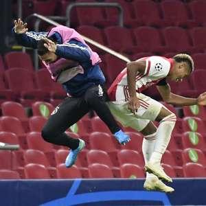 Atalanta bate Liverpool e embola grupo; Ajax também vence