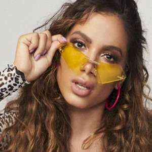 """Anitta ao mostrar seu rosto sem maquiagem: """"Toma susto, ..."""