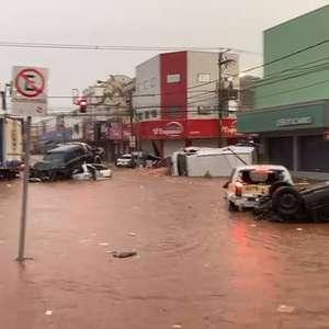 Chuva intensa alaga centro, arrasta carros e causa ...