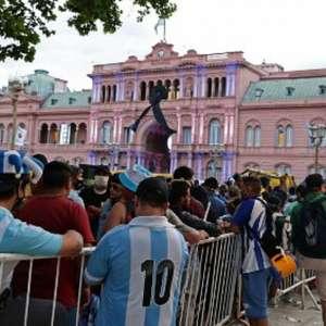 Com aglomeração, fãs se despedem de Maradona na Casa Rosada