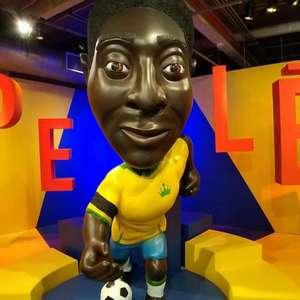 Em exposição em museu, Pelé 'veste' braçadeira de luto ...