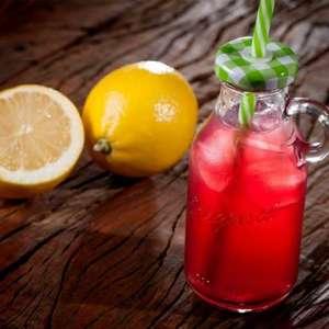 Pink lemonade: aprenda a fazer essa bebida refrescante