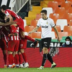 Atlético de Madrid vence Valencia e cola na liderança