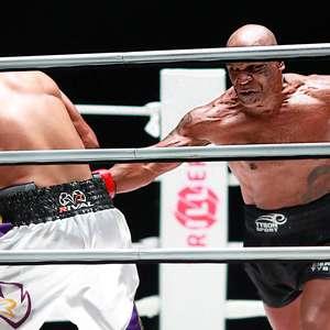 Tyson vai pra cima de Roy Jones Jr, mas duelo acaba empatado