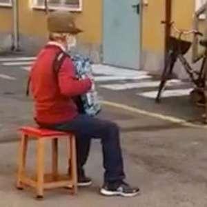 Italiano de 81 anos faz serenata para mulher internada