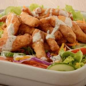 Salada com iscas de peixe para refeições rápidas eleves