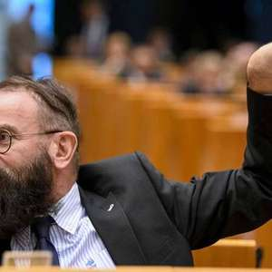 Eurodeputado de extrema direita é pego em orgia e renuncia