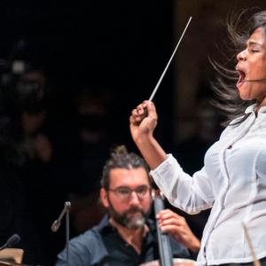 A jovem venezuelana que em 3 meses deixou de vender frutas em sua cidade e passou a reger orquestra em Paris