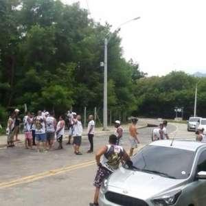 Membros de organizadas protestam no CT do Vasco após ...