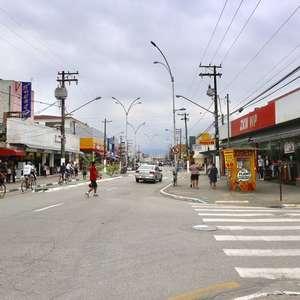 Guarujá retoma barreiras e proíbe guarda-sol em praia após repique da pandemia