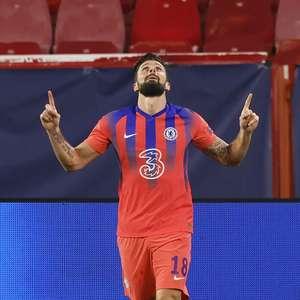 Giroud brilha com 4 gols, e Chelsea goleia Sevilla e lidera