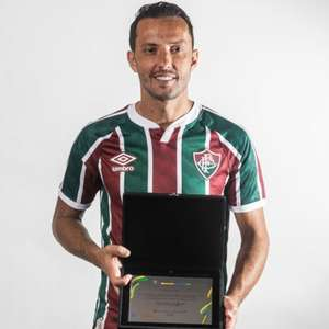 Nenê, do Fluminense, recebe da CBF placa por ter feito gol mais bonito da primeira fase da Copa do Brasil