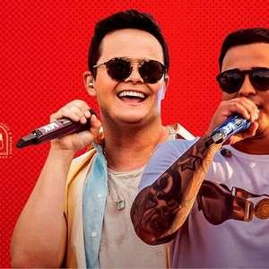"""Mateus e Kauan sobem ao palco do reality show """"O Próximo ..."""