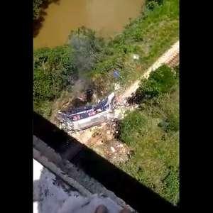 MG: ônibus cai de viaduto de 15m e deixa ao menos 16 mortos
