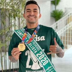 Sorridente, recordista Dudu exibe medalha e faixa pelo ...