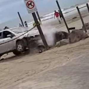 Casal invade praia de carro, é atacado e tenta atropelamento