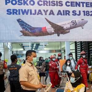 Queda de avião na Indonésia: recém-casados e 'piloto gentil' estão entre os 62 desaparecidos em acidente aéreo