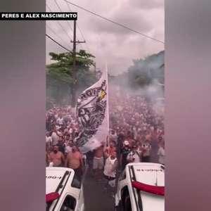 SANTOS: Torcedores seguem ônibus da equipe rumo a Vila Belmiro e dão o último apoio aos craques do peixe