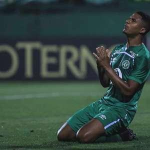 Zagueiro da Chapecoense celebra acesso: 'Momento inesquecível'