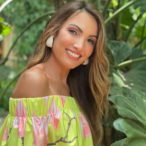 Patricia Poeta traz tendência botânica em look ombro a ombro
