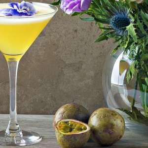 Aprenda a fazer o drink de saquê com maracujá