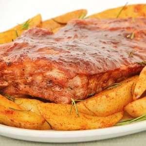 Costelinha suína com molho barbecue e batatas rústicas