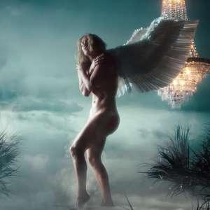 Jennifer Lopez aparece nua e com asas de anjo em novo clipe