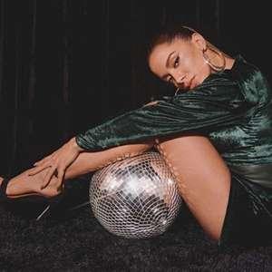 Anitta lança dinheiro para o alto em casa noturna em Miami